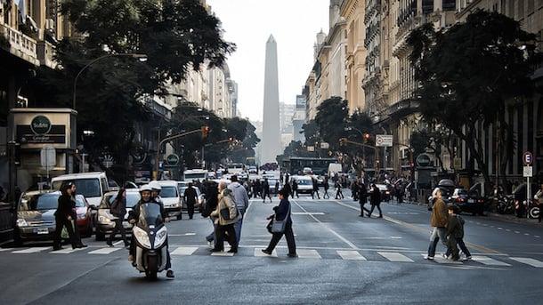 Pessoas andando em outono de Buenos Aires