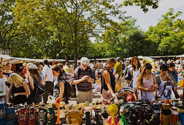 Turistas curtindo feira ao ar livre em Buenos Aires