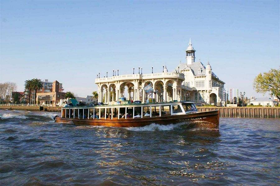 Passeio de barco pelo Rio Tigre no verão