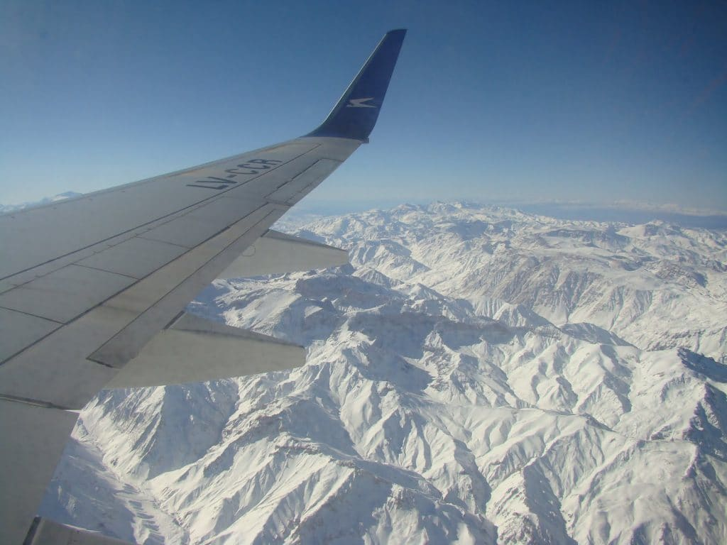 Avião sobrevoando a Cordilheira dos Andes na Argentina