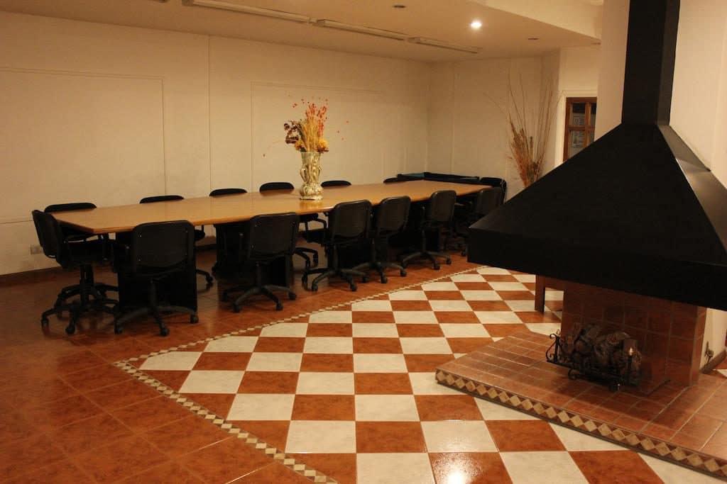 Sala de reunião no Hotel San Martín em Mendoza